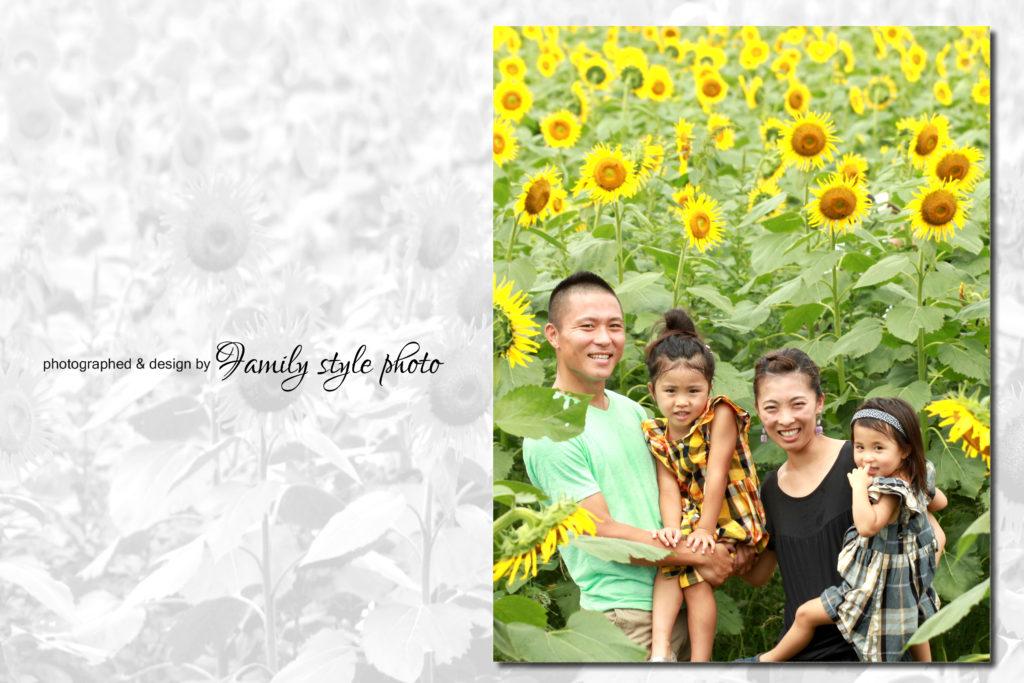 ひまわり畑で記念写真を撮る親子