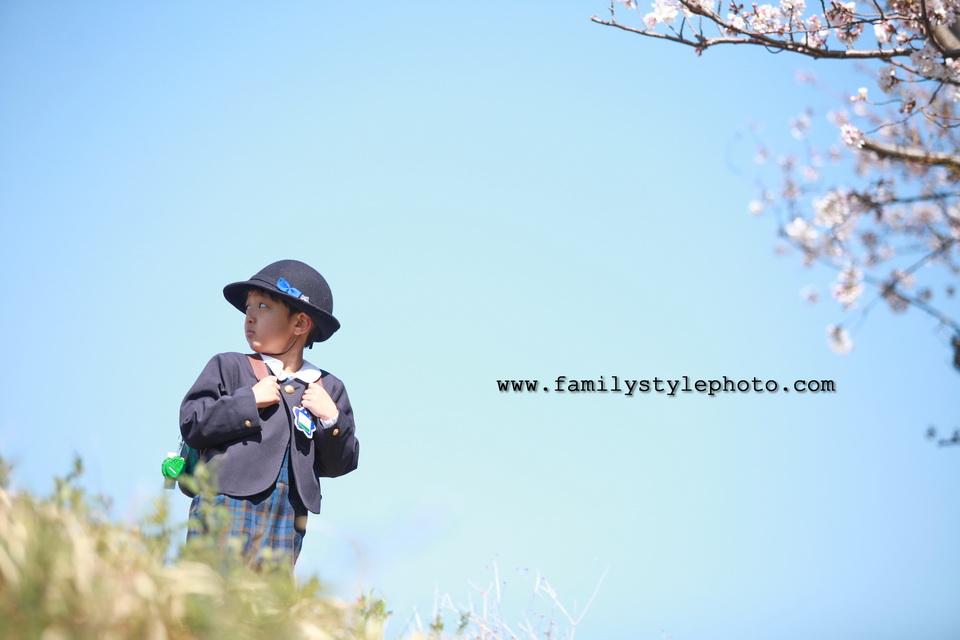 入園・入学記念で写真を撮る男の子