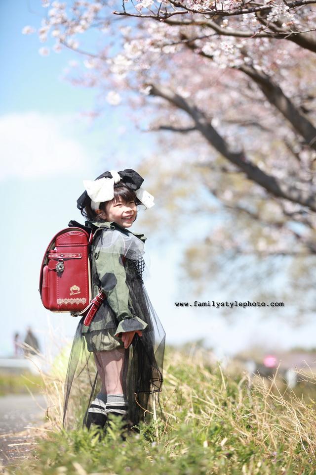 入園・入学記念で写真を撮る女の子