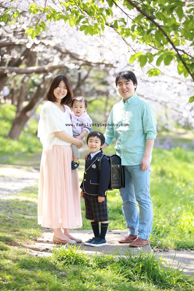 桜背景に家族写真撮影