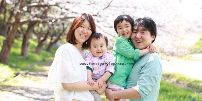 桜を背景に写真に写る笑顔の家族