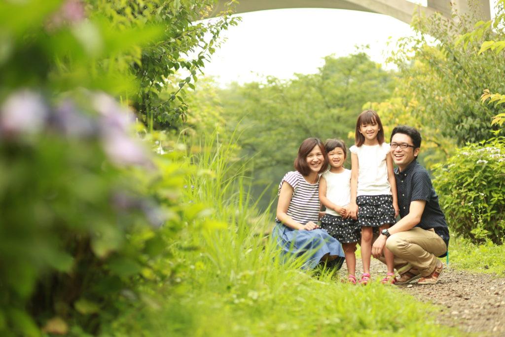 アジサイ越しに笑顔の家族写真