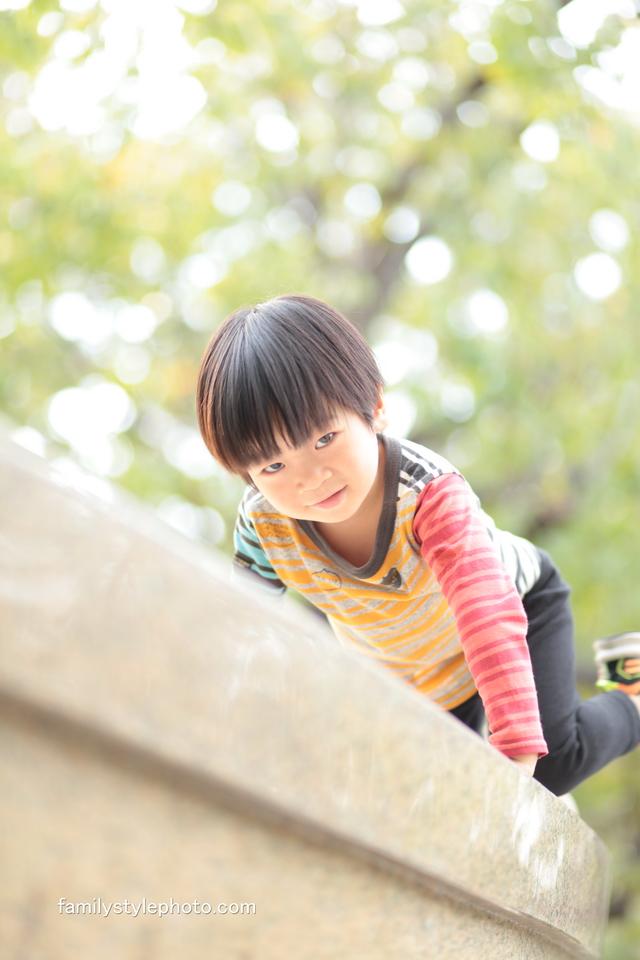 緑を背景に綺麗な子供の写真