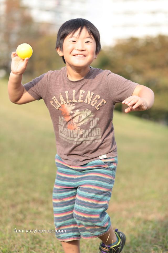公園でボールを使って楽しく遊ぶ子供