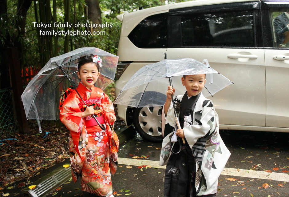 傘をさしている兄弟