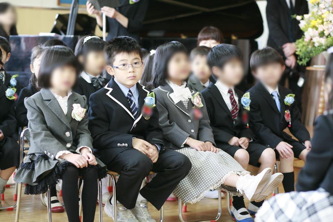 お友達と一緒にいすに座る子ども