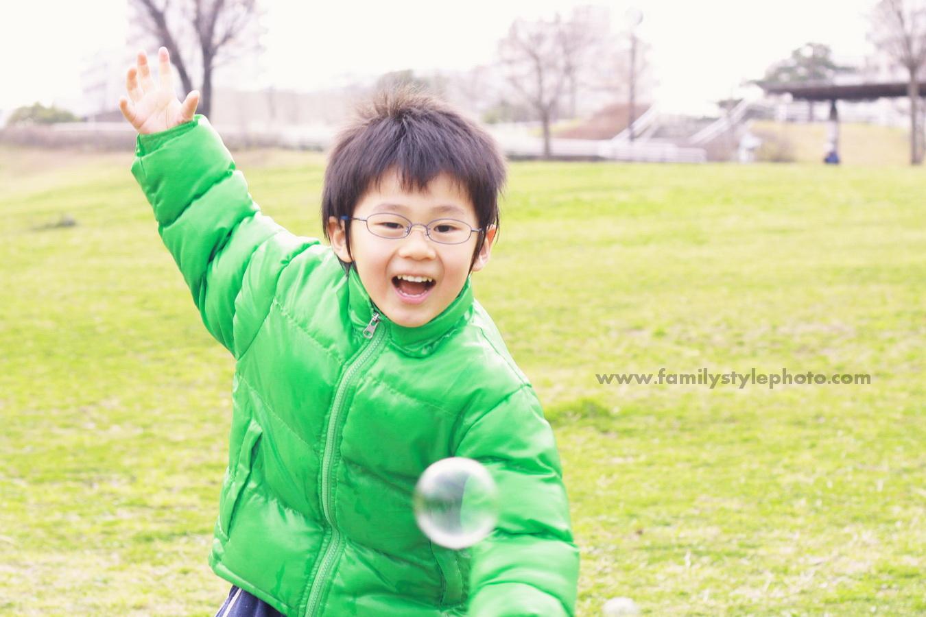 公園で笑顔で走り回る子供