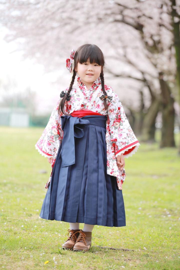 桜の木の前に立つ子供