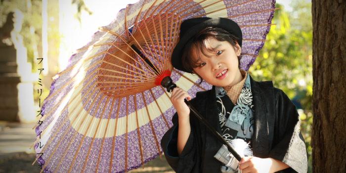 着物を着て和傘を持つ男の子