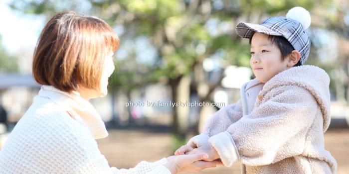 ママと向き合っている子供
