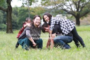 芝生の上で楽しそうに遊ぶ家族
