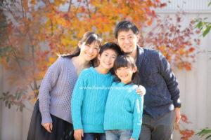 紅葉を背景に笑顔の家族