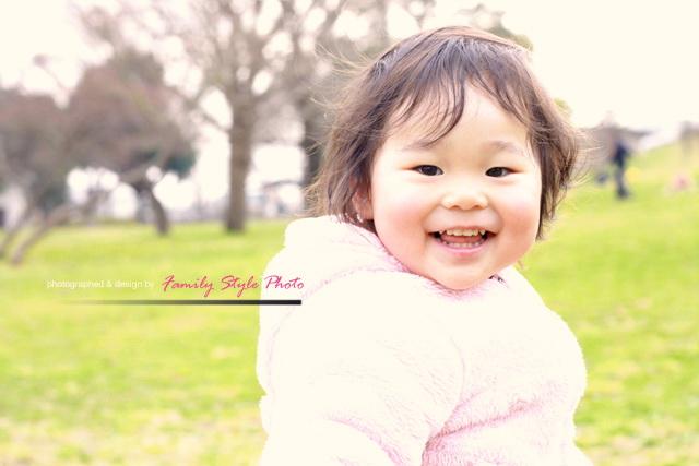 公園で笑顔で遊ぶ子供